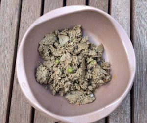 Bild 2: Die verwendeten Gemüse, wie Karotten und Erbsen, sind sehr gut im PLATINUM Pure Fish Nassfutter zu erkennen.