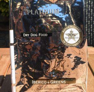 Bild 1: Wie alle PLATINUM Sorten ist auch die Trockenfuttersorte Adult Iberico + Greens im silbernen, leider schwierig zu fotografierenden Futtersack.