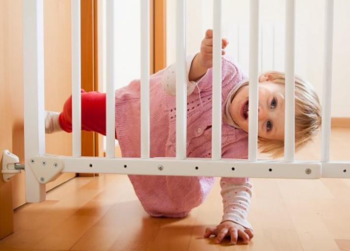 Es ist wichtig, dass Kinder die Treppe nicht als gefährlichen Ort wahrnehmen, sondern vorsichtig an diese herangeführt werden. (#02)