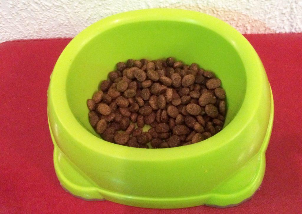 Bild 2: Die Kroketten von WILDES LAND Lamm mit Reis & Wildkräutern sind recht klein und für große Hunde eher ungeeignet.
