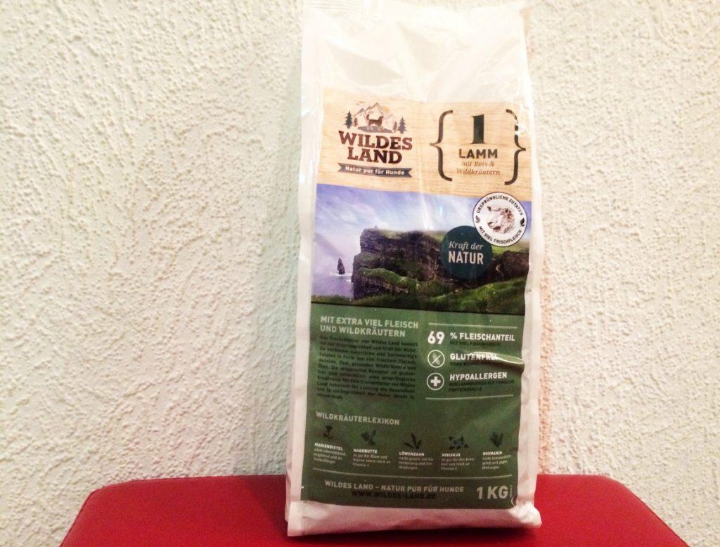 Bild 1: Da es keinen 4 Kilogramm Sack gab habe ich vier 1 Kilogramm Packungen WILDES LAND Lamm mit Reis & Wildkräutern bestellt.