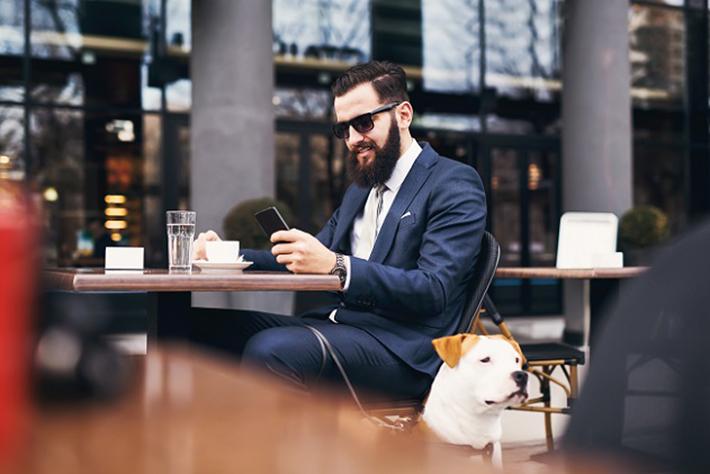 Ein Hund sollte den Befehlen zum Hinlegen und Sitzen gehorchen können, ansonsten kann es im Lokal turbulent werden. (#01)