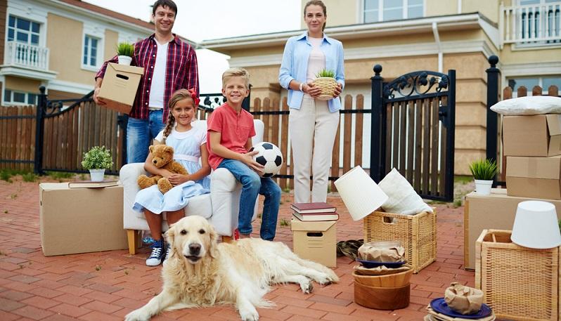 """Mit einem Blick auf die Kennzeichnung """"Hund erlaubt"""" oder """"Haustier erlaubt"""" wissen die Hundehalter, dass sie hier willkommen sind. (#03)"""