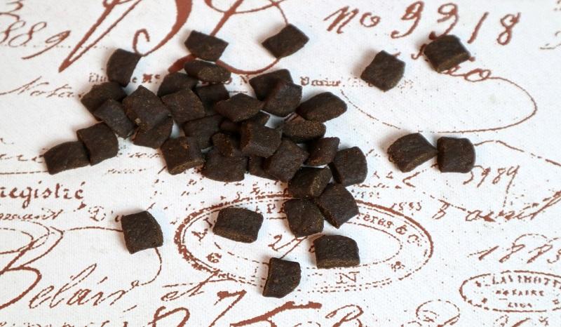 Getreidefreies Hundefutter: Die Kroketten von PLATINUM haben eine praktische Form und Größe.