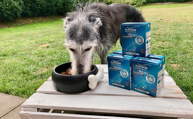 Hundefutter von PLATINUM: Die Sorte MENU FISH+CHICKEN testet Carlotta zuerst.