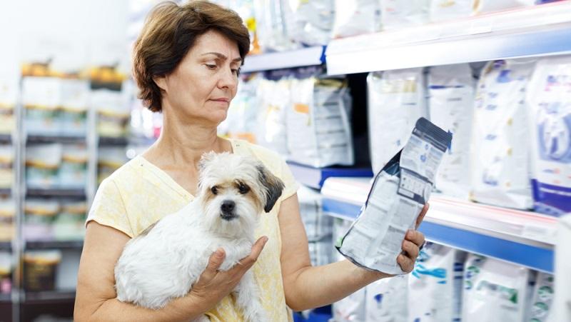 Ein weitere Möglichkeit, das Hundefutter mit wertvollem Öl anzureichern, bietet das Nachtkerzenöl. ( Foto: Shutterstock- Iakov Filimonov )